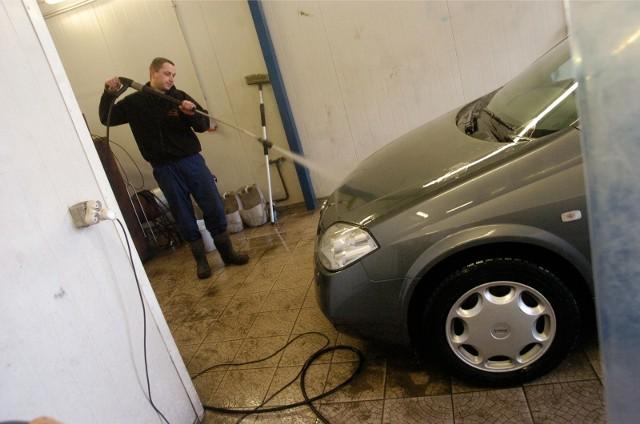 Wizyta w myjni samochodowej nie należy do czynności niezbędnych do życia i jako taka jest teraz zabroniona i zagrożona mandatem.