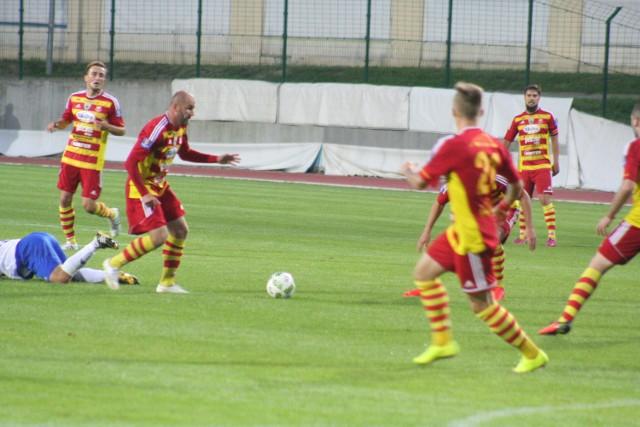 Rafał Grzelak (przy piłce) zaliczył asysty przy obu golach Chojniczanki