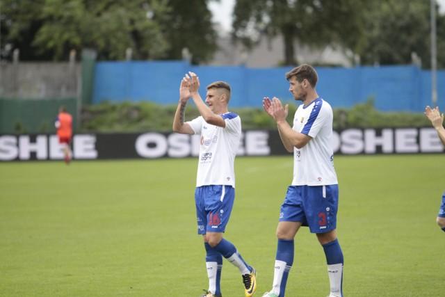 Vaclav Cverna (z prawej) wraca do podstawowego składu na środek obrony. Obok młodzieżowiec Bartłomiej Maćczak.