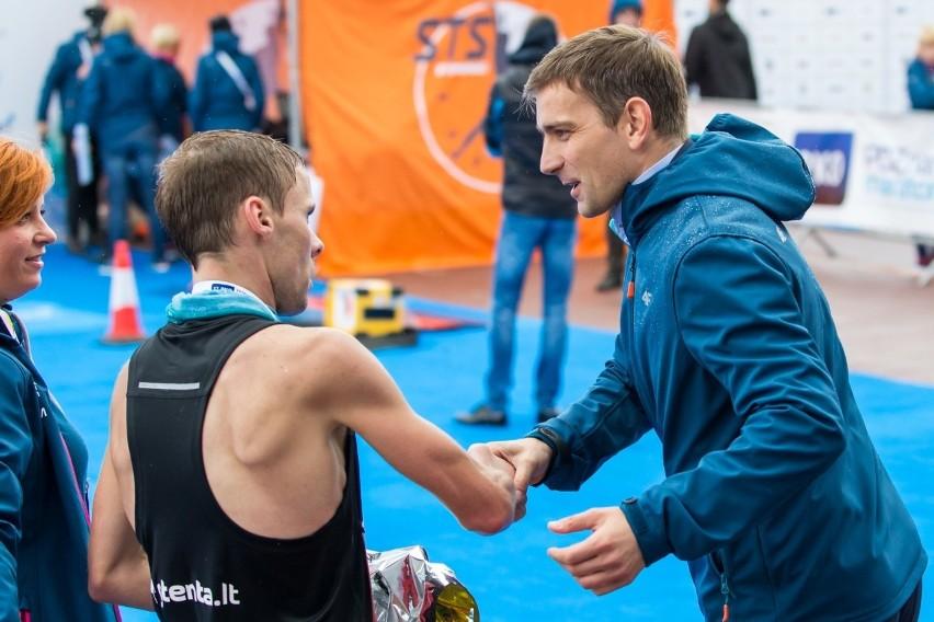Łukasz Miadziołko na mecie ubiegłorocznego poznańskiego maratonu