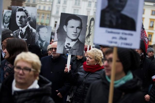"""Żołnierze wyklęci - kim byli? Żołnierze niezłomni, polskie powojenne podziemie niepodległościowe i antykomunistyczne. 1 marca obchodzimy Narodowy Dzień Pamięci """"Żołnierzy Wyklętych"""". Kim byli żołnierze wyklęci?"""