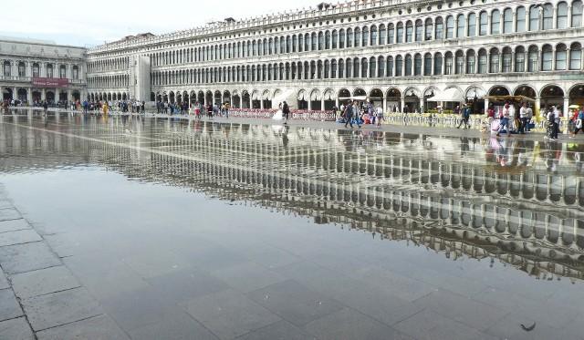 Włochy: W Wenecji podniesiono bariery przeciwpowodziowe chroniące miasto przed zalaniem