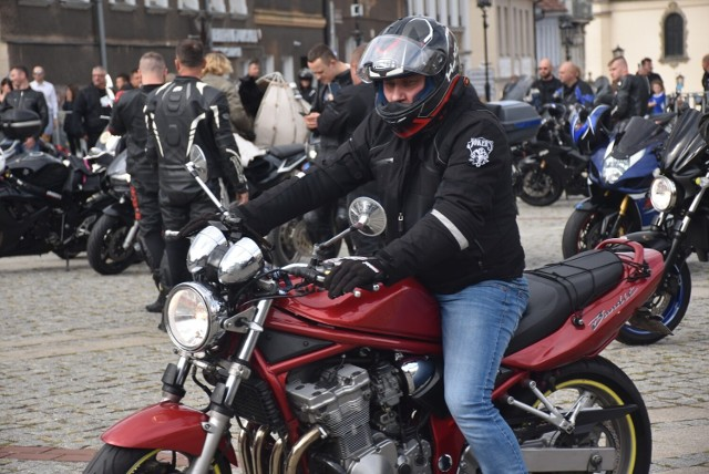 Motocykliści z całego kraju na rynku w Gnieźnie.