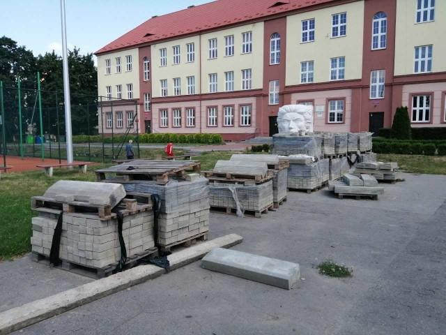 Największy zakres robót wykonywany jest w II Liceum Ogólnokształcącym imienia Tadeusza Kościuszki, gdzie podczas wiosennych wichur, na sali gimnastycznej został uszkodzony dach .