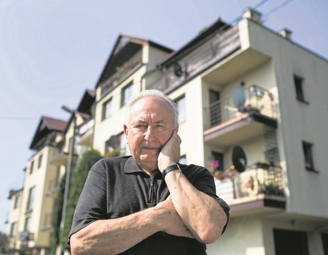 79-letni Kazimierz Dyląg przed swoim mieszkaniem na ul. Zygmuntowskiej w Krakowie, które już stracił na skutek błędu dewelopera.