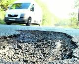 Bolączką wielu gmin są drogi dziurawe jak ser. Czy możliwy jest ich remont?
