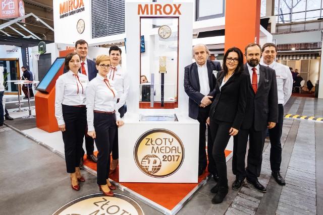 Marek Piechocki, prezes firmy Mirox (w środku) i jego współpracownicy na targach Budma