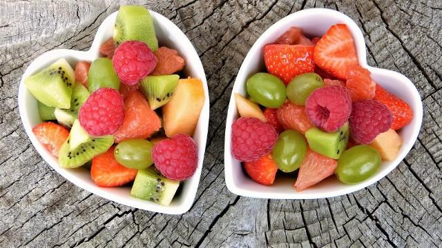 Zamierzasz zrzucić zbędne kilogramy albo utrzymać wagę w ryzach? Zobacz, które owoce najbardziej przyśpieszą metabolizm, wspomogą oczyszczanie organizmu, dostarczą cenny błonnik. Niektóre owoce zawierają sporo cukru i dietetycy zalecają spożywanie ich w umiarkowanych ilościach. Są jednak też takie, które pomagają zgubić niechciane kilogramy. Zawierają one bardzo mało kalorii, a jednocześnie mnóstwo niezbędnych składników odżywczych. Sprawiają, że dłużej utrzymuje się wrażenie sytości. POLECAMY TEŻ:  Naturalne spalacze tłuszczu. Co warto dodać do posiłków, aby schudnąć? Na pewno masz to w swojej kuchni [ZDJĘCIA]Zobacz wideo: Rozmowa z Aleksandrą Majsnerowską, dietetykiem klinicznym