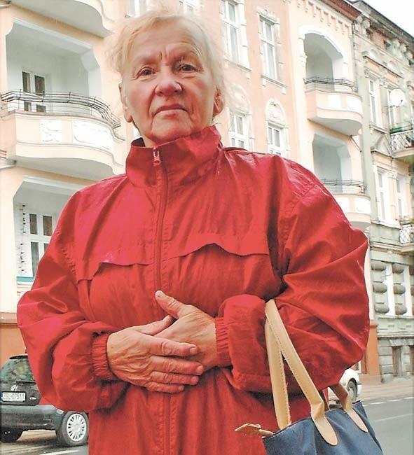 – Stara i schorowana, zostałam na bruku. Dzieci uciekły, a z tym synem, który został, mieszkać nie mogę. Boję się – mówi Halina Skoczowska.