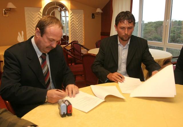 Szef ośrodka Janusz Zalewski (z lewej) i prezes Pogoni Dawid Ptak podpisują umowę pomiędzy Pogonią, a OSW Sandra.