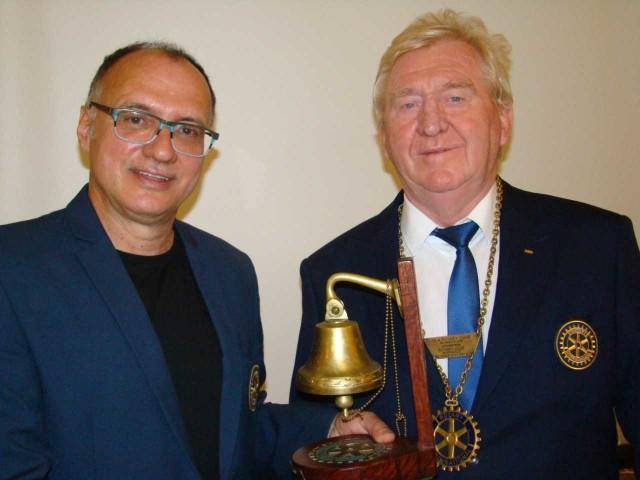 Dotychczasowy prezydent inowrocławskiego Rotary Club, Bogusław Kolanowski (z lewej) przekazuje insygnia prezydenckie swemu następcy, Januszowi Niewiadomskiemu