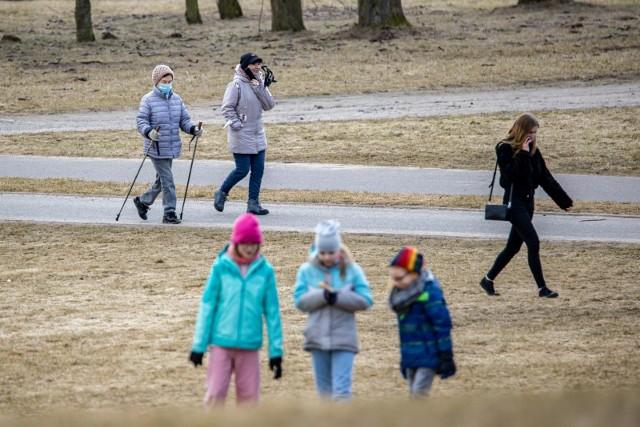 W pierwszy dzień astronomicznej wiosny (sobotę, 20 marca 2021) bydgoszczanie chętnie spacerowali w Myślęcinku. Niektórzy zaczęli również dbać o formę, czy to maszerując, czy jeżdżąc na rowerach i rolkach. Każda forma ruchu to nabieranie większej odporności naszego organizmu.