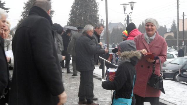 WOŚP 2016 w Tychach. Zbiórka przed kościołem w Czułowie.