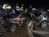 Wypadek na A4 pod Brzeskiem. Dachowanie samochodu, wrak trzeba było rozcinać, by wydobyć kierowcę