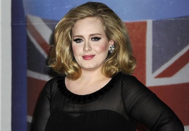 Adele zaskoczyła wszystkich swoim nowym wyglądem. Piosenkarka mocno się odchudziła - schudła 50 kilogramów! Jest wręcz nie do poznania. Okazało się, że Adele zastosowała dietę SIRT, wymyśloną przed dwóch brytyjskich naukowców. Kliknij dalej i sprawdź, na czym polega ta dieta