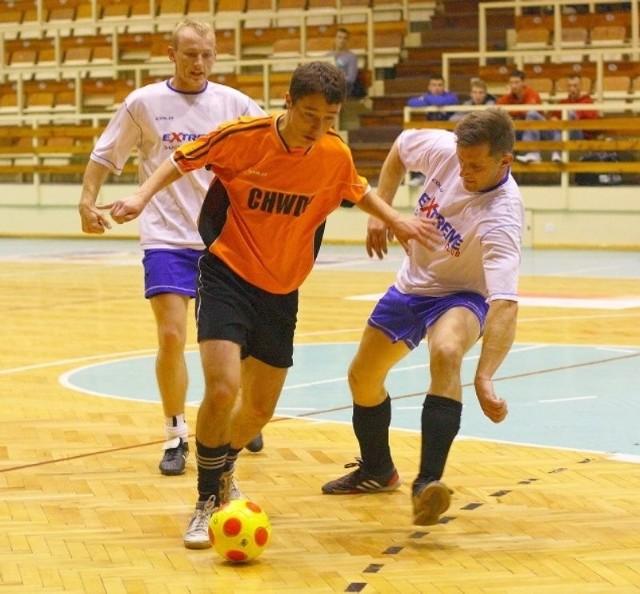 Piłkarze z Halowej Amatorskiej Ligi Piłkarskiej przeniosą się na boisko ze sztuczną nawierzchnią. Będzie więc potrzebna zmiana nazwy ich ligi, bo dalej grać będą na świeżym powietrzu.