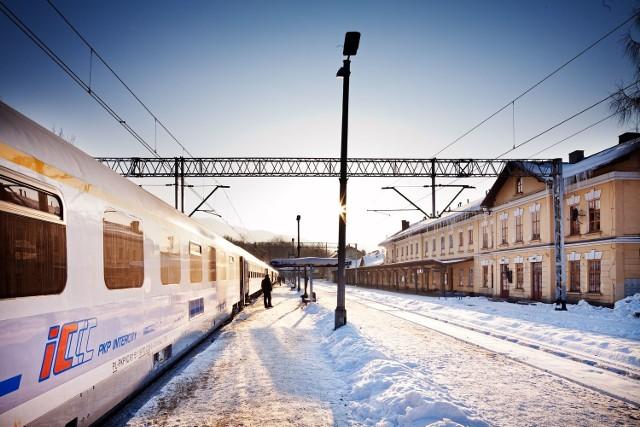Na ferie w góry można pojechać pociągiem.