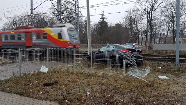 Wypadek na Widzewskiej w Łodzi. Kierowca BMW wpadł w poślizg. Zatrzymał się na słupie trakcji kolejowej