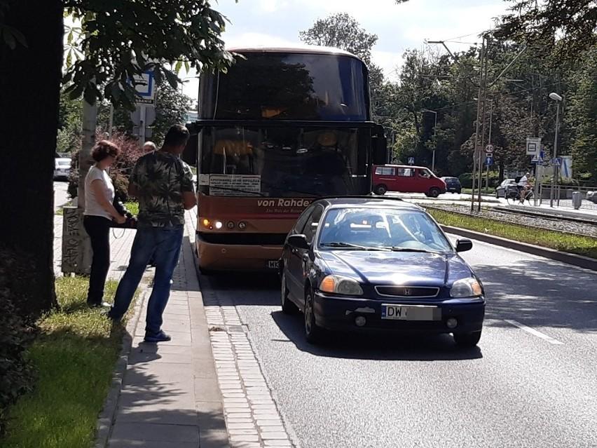 Wypadek ukraińskiego autokaru we Wrocławiu. Kierowca autobusu nie wyhamował i wjechał w samochód
