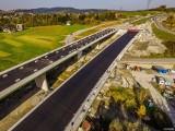 Budowa ekspresowej S7. Przed wjazdem do tunelu zakopianki pomiędzy Lubniem a Rabką układają już asfalt [ZDJĘCIA Z LOTU PTAKA]