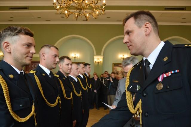 Awanse na wyższe stopnie wręczał żarskim strażakom bryg. Patryk Maruszak, Lubuski Komendant Wojewódzki PSP.