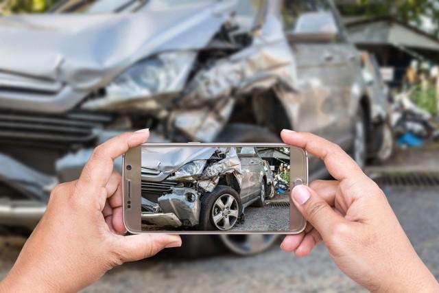 Na polskich drogach robi się tłoczno i coraz mniej bezpieczne. Według danych Policji, tylko w okresie od stycznia do września br. miało miejsce 24 925 wypadków