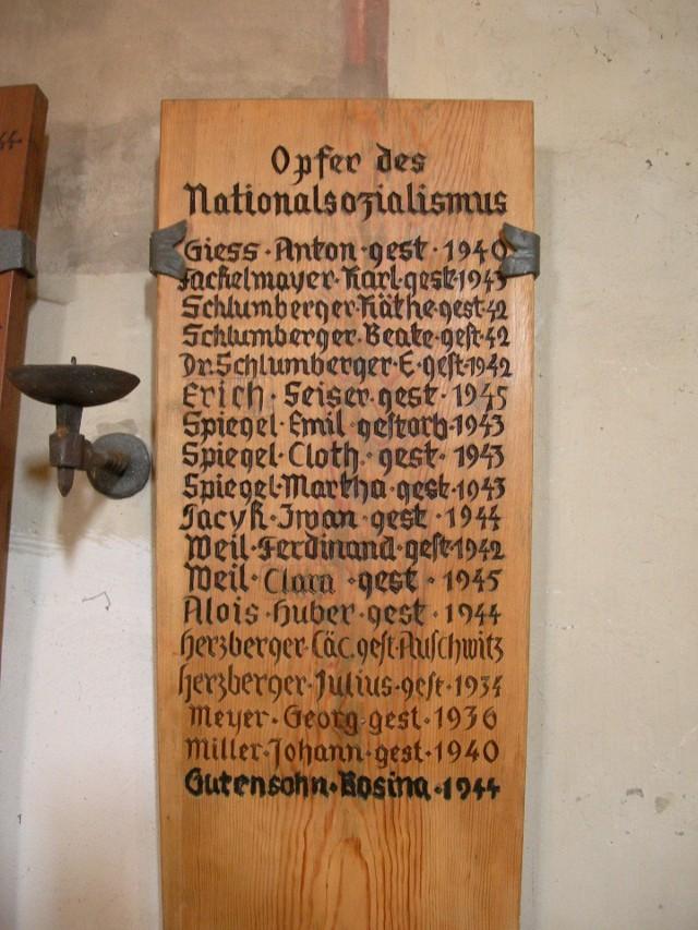Pamiątkowa tablica z nazwiskami ofiar hitlerowskiego terroru. Jest na niej też nazwisko Iwana Paczyka, zapisane tutaj jako Iwan Pacyk.