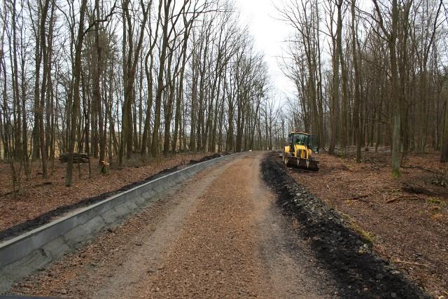 Budowa ścieżki w lesie Chodówki