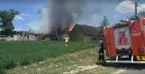 Gmina Gniezno. Pożar budynków gospodarczych w Dębówcu. Interweniuje Straż Pożarna
