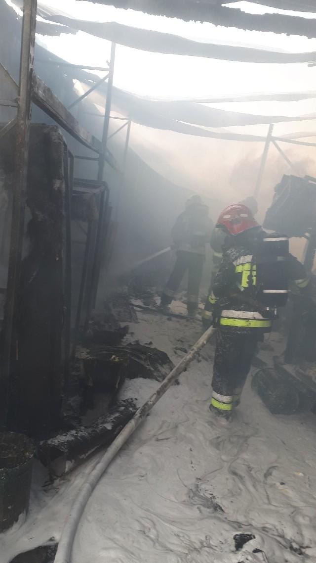 Strażacy dogaszają pożar w zakładzie przy ul. Gubińskiej w Krośnie Odrzańskim.
