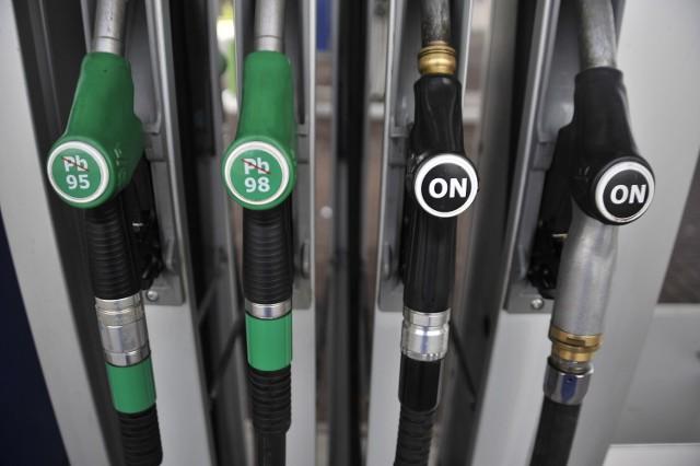 Spadek średniej ceny benzyny bezołowiowej 95 poniżej 4 zł/l oznacza ceny najniższe od 9 maja 2009