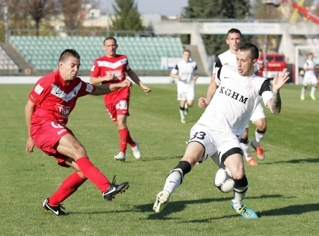 W 1/8 finału Zagłębie Lubin pokonało w Jaworznie GKS Tychy 1:0 po bramce Arkadiusza Piecha. Na zdj. w białej koszulce defensywny pomocnik (wtedy jeszcze stoper) Miedziowych Lubomir Guldan.