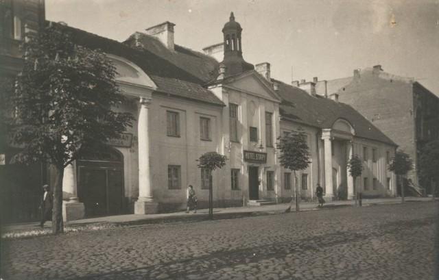 Klasztor Sióstr Miłosierdzia około 1930 roku. Mieścił się w nim wówczas Hotel Stary. Po lewej stronie widoczny sklep z bronią Stanisława Homana z częściowo zasłoniętym przez drzewo szyldem.