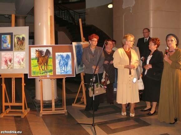 Artysta plastyk Alicja Czajkowska-Magdziak na wystawie swoich studentów.