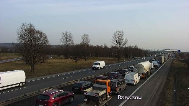 Piątkowe (26 lutego) popołudnie dla kierowców to prawdziwy koszmar. Kraków i obwodnica miasta stanęły w ogromnych korkach. Główne arterie miasta są zatkane. Bardzo duże utrudnienia panują także na obwodnicy miasta. Zatory sięgają kilku kilometrów. Kierowcy muszą uzbroić się w cierpliwość.