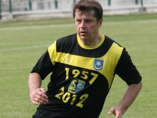 Cezary Kucharski na tarnobrzeskim stadionie znów prezentował nienaganną technikę w zabawie z piłką. 40-letni parlamentarzysta imponuje jeszcze szybkością i zwinnością na boisku.