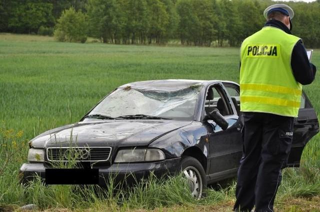 W poniedziałek po południu na drodze Grabówno - Wysoka w powiecie pilskim doszło do wypadku. 60-letnia kobieta kierująca samochodem marki Audi wypadła na zakręcie drogi i dachowała. Ucierpiała jadąca z nią 88-letnia pasażerka.Zobacz więcej zdjęć --->