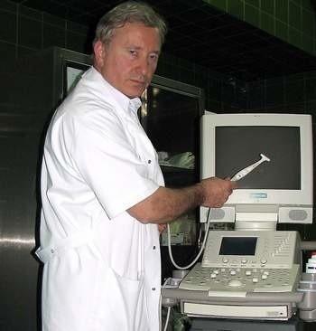 Ordynator dr Adam Zaborowski prezentuje końcówkę usg, którą przytyka się podczas operacji do mózgu, by na ekranie dokładnie widzieć guz i precyzyjnie go usunąć