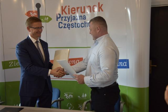 Częstochowa: umowa na budowę Promenady Śródmiejskiej podpisana.Prezydent Krzysztof Matyjaszczyk wymienia podpisane dokumenty z prezydentem Radosławem Telengą