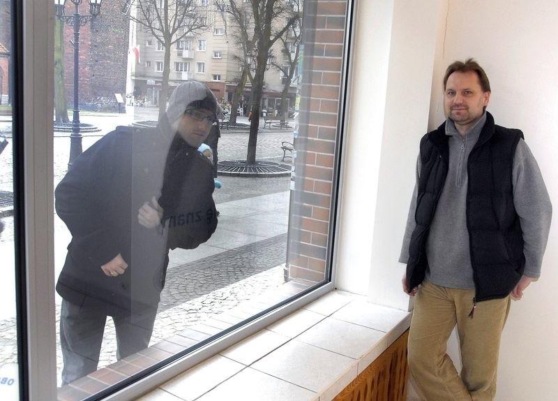 Tomasz Rogala zaprasza artystów do galerii.