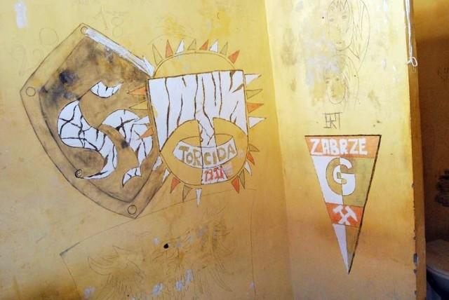 Opuszczony areszt śledczy w Zabrzu i napisy na ścianach celZobacz kolejne zdjęcia. Przesuwaj zdjęcia w prawo - naciśnij strzałkę lub przycisk NASTĘPNE