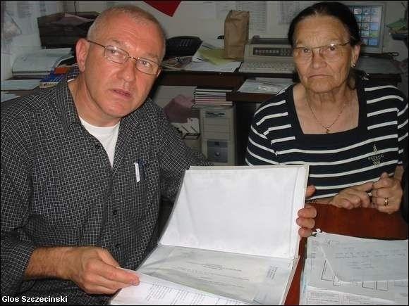 - Na kopiach tych pism są pieczątki potwierdzające, że oryginały wpłynęły do prokuratury. Tych czternastu pism nie ma jednak w moich aktach - twierdzi Ryszard Kamiński. Obok Stefania Kamińska, matka pana Ryszarda.