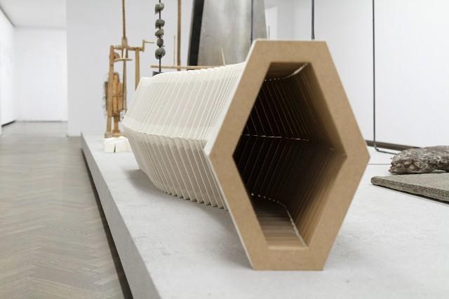 """""""Dimensional compression"""", 2014, obiekt, płyta mdf, płótno, po rozłożeniu- 400 cm dł. x 40 cm szer. x 55 cm wys., po złożeniu - 60cm x 40 cm x 55 cm"""