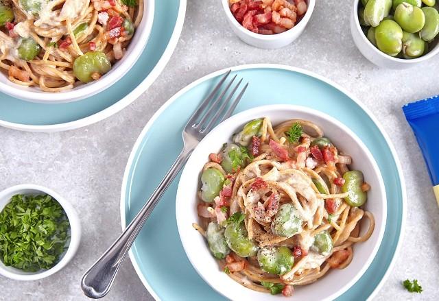 Makaron spaghetti w kremowym sosie z bobem i szynką parmeńską.