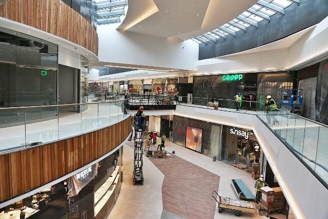 Nową część Alei Bielany to połączenie drewna i szkła. Budynek ma trzy pietra połączone windami i schodami ruchomymi.