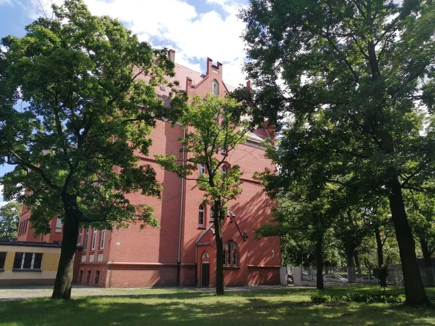 Szkołę zbudowano w 1903 roku. Swoją funkcję pełni do dziś