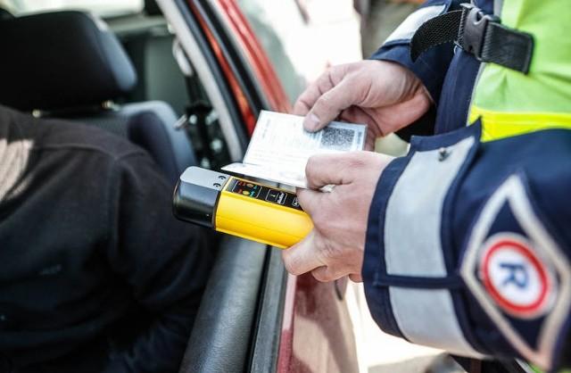 Nietrzeźwego kierowcę z podrobionymi dokumentami policjanci zatrzymali w gminie Rogowo.