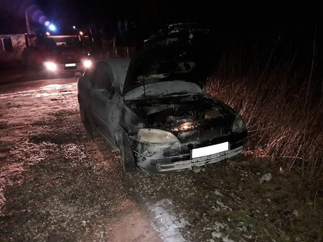 Informację o pożarze strażacy otrzymali w poniedziałek o godz. 18.46. W miejscowości Ruda, gm. Krypno płonął samochód.