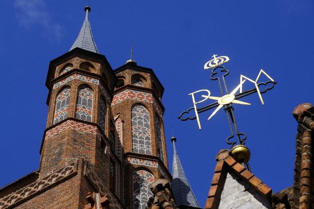 Toruński kościół mariacki odzyskał swoje dawne kolory. Ze wschodniej elewacji świątyni zniknęły rusztowania, ukazując efekt żmudnej pracy sztabu konserwatorów i historyków sztuki.