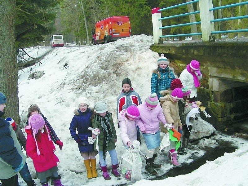 Dzieci Pożegnały Zimę Topienie Marzanny W Rzece Miedna